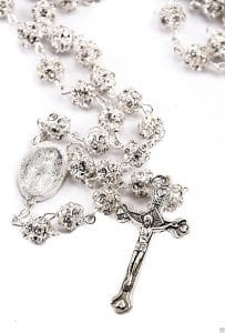 Collar de Rosario con abalorios de cristales blancos de Tierra Santa