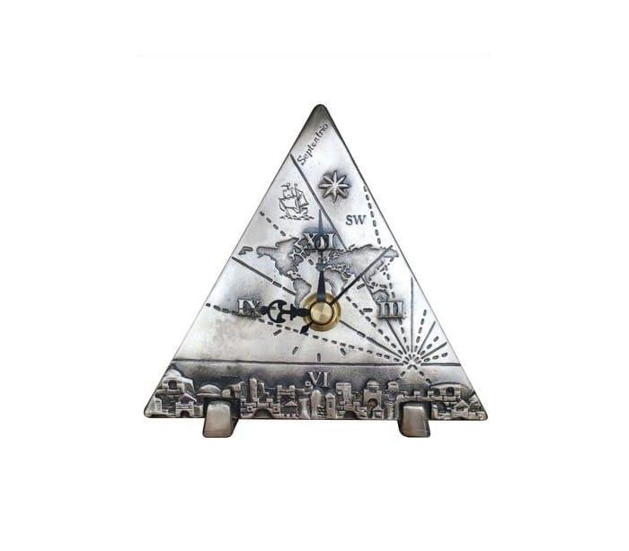 Un reloj de mesa triple con diseño de globo y Jerusalém