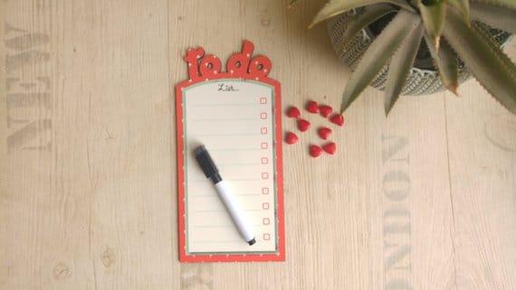 Pizarrón borde de color coral con imanes, tabla de la lista de tareas