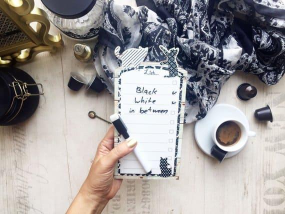 Pizarrón con imanes con borde de gatos blancos y negros, para hacer la lista de tareas