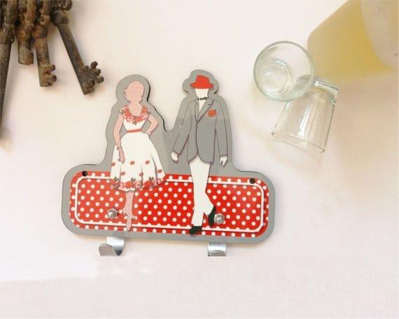 Suspensión de pared gris, blanco y rojo hombre y mujer