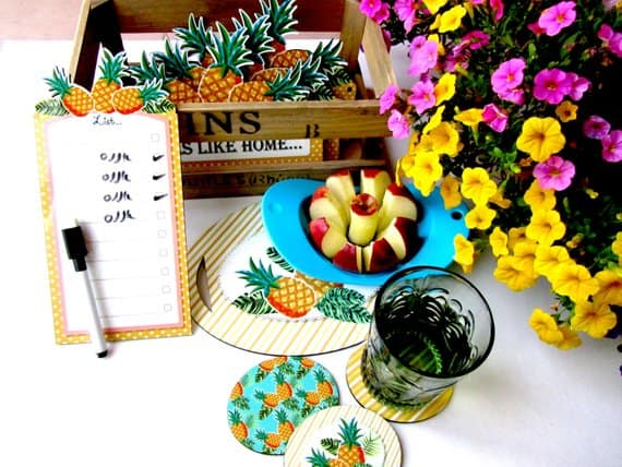 Tablero de tareas con borde de color amarillo y piña