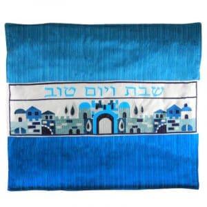Cubierta Elegante de Tela para Plato Caliente para Shabat con Bordados Coloridos en Hebreo